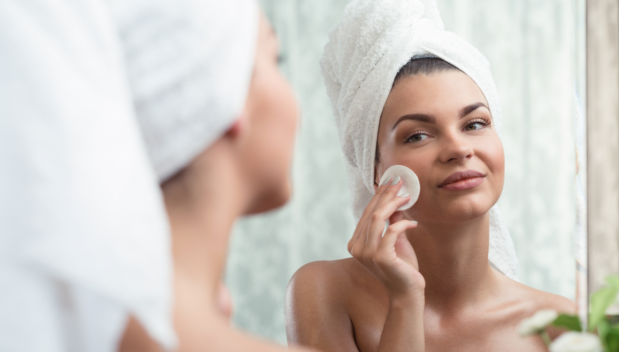 Bli av med finnarna - Kvinna rengör ansikte framför spegel