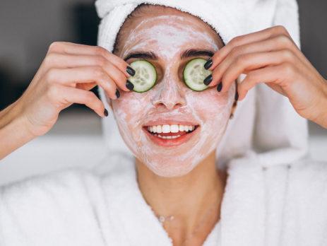 Kvinna med ansiktsmask